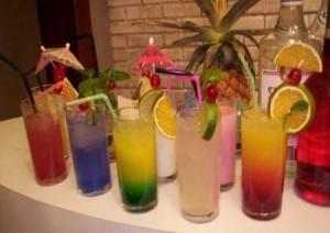 398787-drinks-coloridos-ideais-para-a-beira-da-piscina